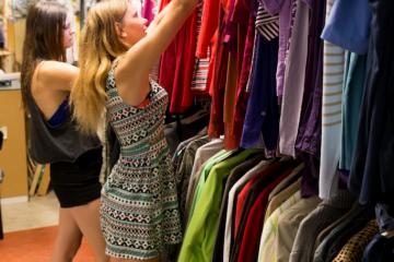 Winkelen Zomerse jurkjes | Kringloopplus kringloop kringloopwinkel kringloopdag kringloop+